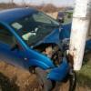 Un șofer începător și-a făcut mașina praf, într-un stâlp de electricitate