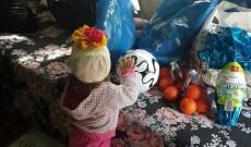Asistenţii sociali din Dâmboviţa, daruri de sărbători pentru copiii şi bătrânii neajutoraţi