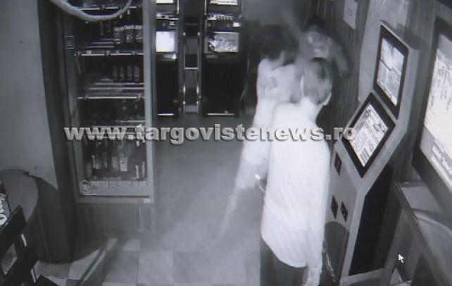 Bătut cu sălbăticie în bar! Camerele de supraveghere au surprins imaginile şocante