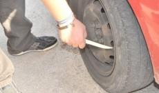 Atenție la furturile din autoturisme comise prin metoda înțepării anvelopelor!