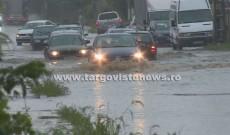 Rupere de nori în Târgovişte! Străzile s-au transformat în râuri, iar un copac s-a prăbuşit în Parcul Mitropoliei
