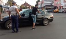 Un copil de 2 ani şi jumătate a stat aproape 40 de minute blocat în maşina părinţilor săi, în soare