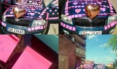 Și-a găsit mașina acoperită cu sute de bilețele de dragoste! E cel mai frumos cadou de ziua lui!