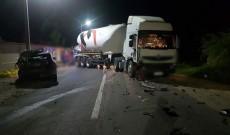 Un cimentruc scăpat de sub control a făcut praf o mașină, pe DN 72A, la Gheboieni