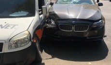 Accident vizavi de restaurantul Toscani, în Târgovişte. O limuzină a fost grav avariată