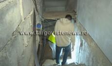 """Cadavru găsit în subsolul unui bloc din Târgovişte. """"De 2 săptămâni mirosea îngrozitor"""""""