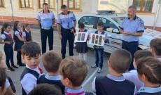 Dâmboviţa – Elevii şi profesorii, informaţi despre urmările consumului de alcool și droguri, traficul de persoane și violența fizică și verbală