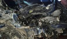 O maşină s-a făcut praf după ce a izbit o căruţă, un gard şi un autobuz