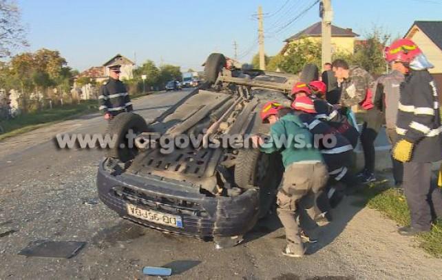 Accident grav la Dragomireşti. Un student s-a răsturnat cu maşina după ce a spulberat o căruţă şi a izbit un alt autoturism de pe sensul opus
