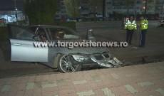 Accident spectaculos, azi-noapte, la Târgovişte. Un şofer şi-a abandonat BMW-ul după ce l-a făcut praf pe treptele sălii sporturilor