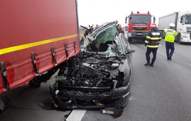 ACUM! Accident grav pe Autostrada Bucureşti – Piteşti. O maşină a intrat sub un tir, 3 oameni sunt răniţi