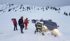 O mașină cu trei copii și părinții lor, în pericol pe drumul dintre cabanele Dichiu și Piatra Arsă