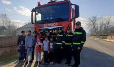 Pompierii de la Voineşti au adus un strop de bucurie într-o familie sărmană
