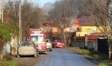 ACUM – Incendiu violent la Boteni, în Conţeşti. Acoperişul unei case, distrus de flăcări. Video