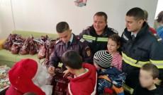 91 de copii cu probleme de sănătate au primit cadouri din partea pompierilor târgovişteni
