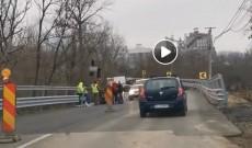 ÎN SFÂRŞIT! A fost reluat traficul pe două benzi la Moţăieni, pe DN 71. VIDEO