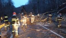 12 ore de infern – maşini blocate, copaci smulşi de vânt, acoperişuri prăbuşite