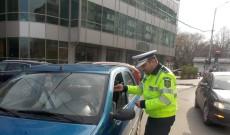 Flori, gânduri bune și sfaturi utile, oferite de polițiștii de la rutieră participantelor la trafic