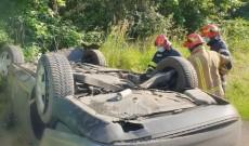 Cascadorie pe șosea, la Priseaca. O șoferiță s-a răsturnat cu mașina