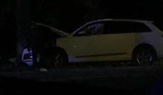 Accident la Crevedia. Un şofer a intrat cu maşina într-un copac