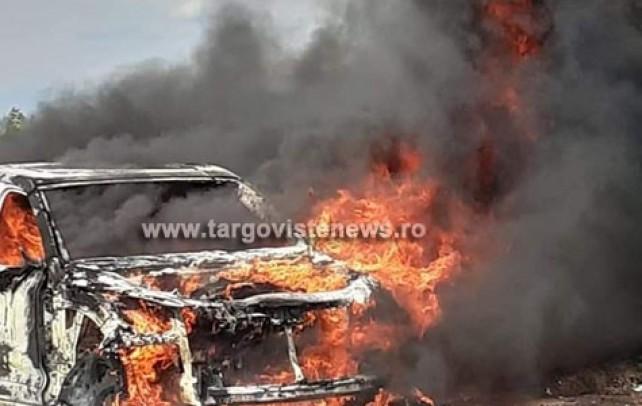 Momente de groază. O mașină în care se aflau 4 persoane a luat foc pe un câmp din Dâmbovița