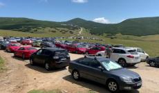 Turiștii au dat năvală în Bucegi. Marginile drumurilor s-au transformat în uriașe parcări