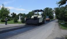 Lucrările de asfaltare continuă pe DJ 721 și DJ 701