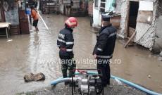Mai multe gospodării din Glod au fost inundate în urma ploilor torențiale