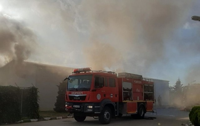ACUM – Incendiu la un depozit de mase plastice, în Nucet
