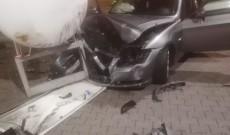 O mașină a intrat în butelia GPL dintr-o benzinărie