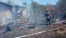 Dâmboviţa, într-o singură zi – 18 incendii de vegetaţie au lăsat în urmă prăpăd. O casă a ars în totalitate