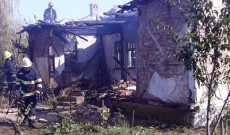 A incendiat vegetaţia şi i-a luat foc casa