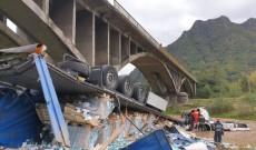 Accident teribil în judeţul Vâlcea. Şoferul unui TIR a murit după ce s-a prăbuşit de la 10 de metri în râul Lotru