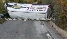 Un microbuz cu tone de cartofi s-a răsturnat între Bărbuleţu şi Râu Alb