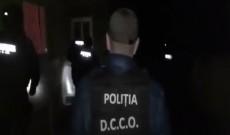 Video – Percheziţii la suspecţi de proxenetism şi trafic de droguri, în Argeş