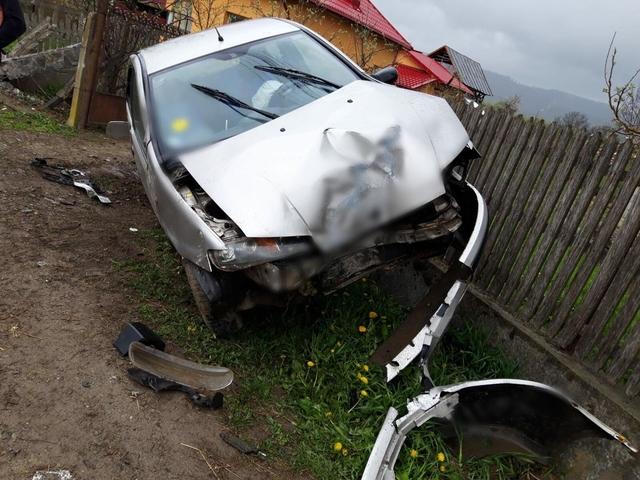 ACUM – Accident la Gemenea – O şoferiţă, de 19 ani, a intrat cu maşina într-un gard