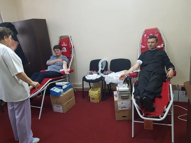 Preoţii şi credincioşii din Târgovişte au donat 81 de litri de sânge
