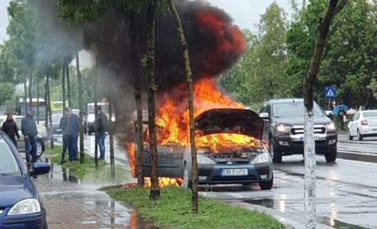 Video! O maşină înmatriculată în Dâmboviţa a luat foc la Chitila