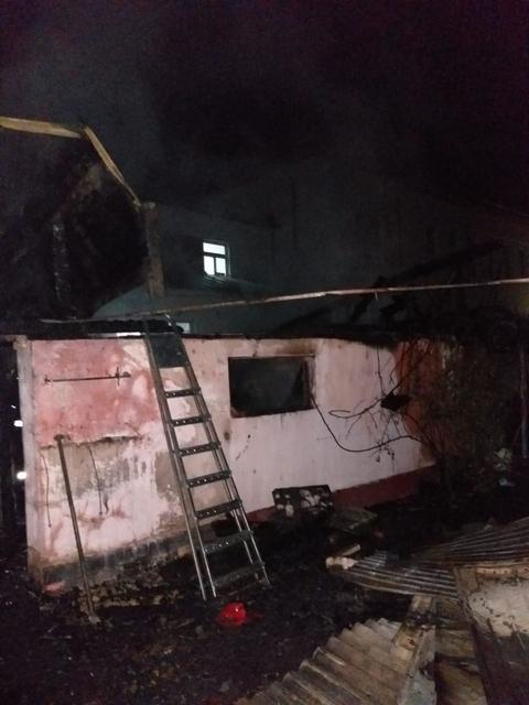 Un bărbat, din Moreni, a suferit arsuri grave după ce i-a luat foc casa