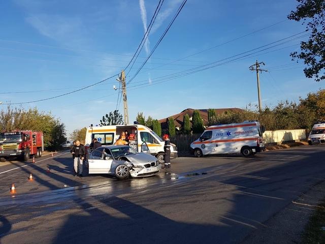 Accident cu trei victime, la Racoviţa. Şoferul unui BMW dă vina pe soarele orbitor
