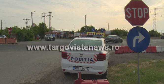Doi soţi au rămas încarceraţi după ce maşina în care se aflau a fost izbită de un microbuz cu muncitori