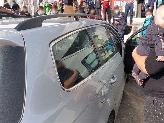 Copil de 4 luni, blocat în maşina părinţilor. Oamenii au chemat pompierii