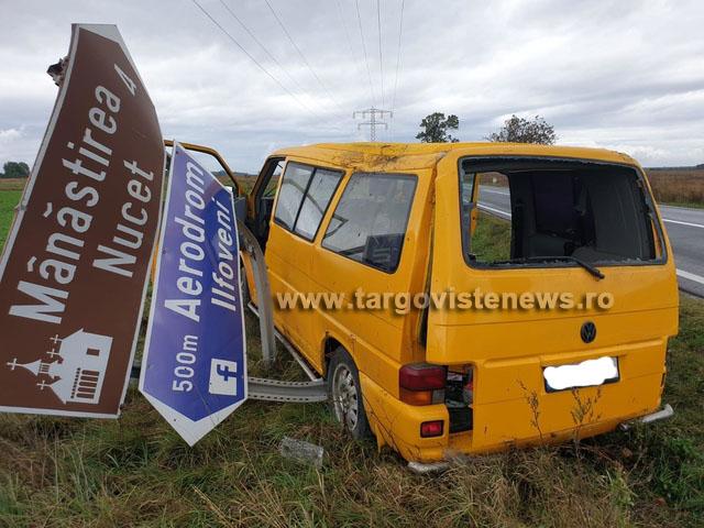 Un microbuz s-a răsturnat pe DN 71, la Nucet