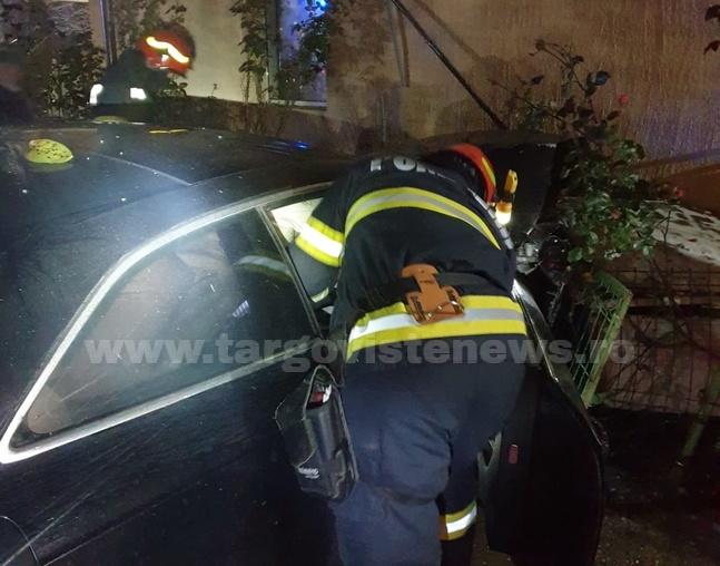 Accident spectaculos la Nucet. Un şofer a rupt porţile unei gospodării şi a ajuns cu maşina în peretele casei