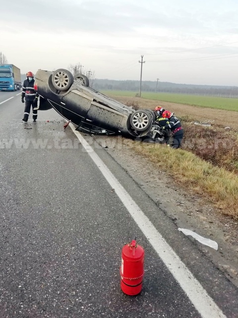 Un şofer s-a răsturnat cu maşina, la Lucieni