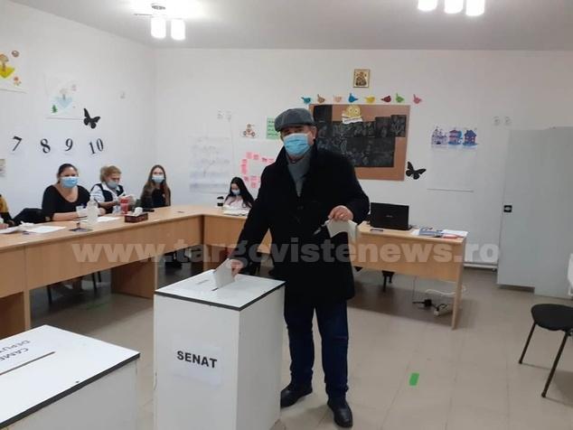 Primarul oraşului Răcari, Marius Caraveţeanu, a votat