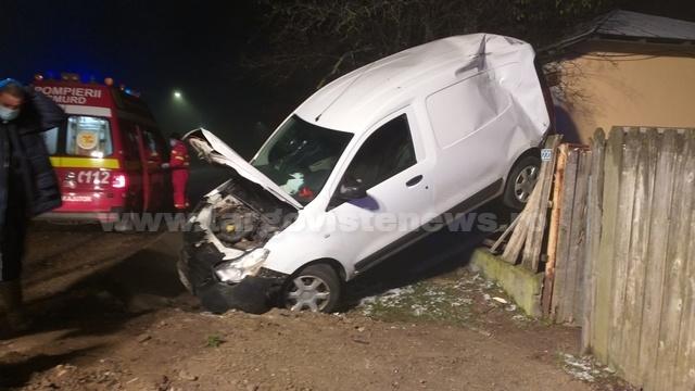 Un şofer a aterizat cu maşina pe un gard