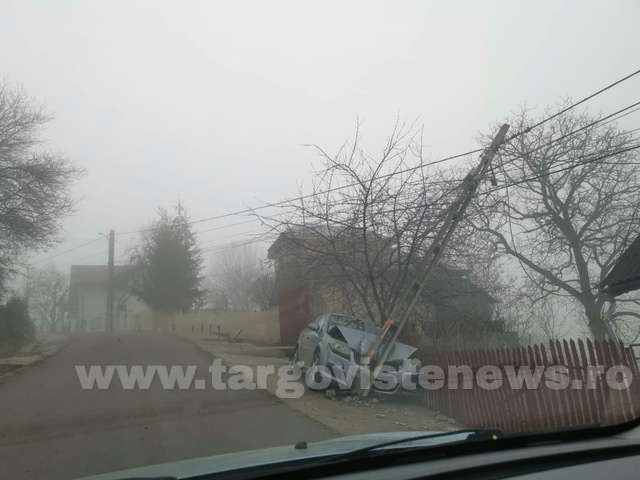 O mașină a intrat într-un stâlp, la Runcu. Un pasager a fost dus la spital