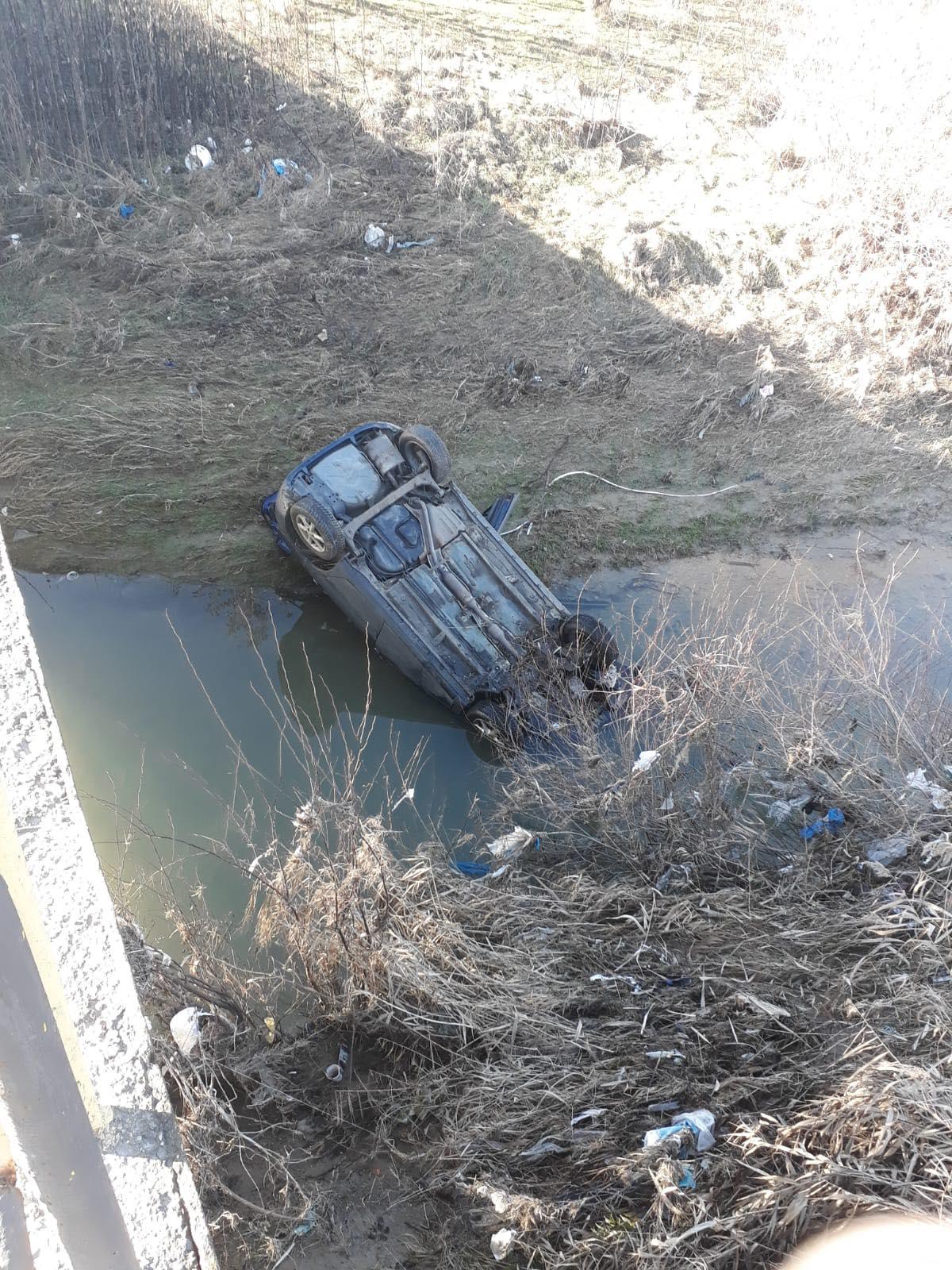 O maşină s-a răsturnat într-un pârâu, pe DN 72, între Ploieşti şi Târgovişte
