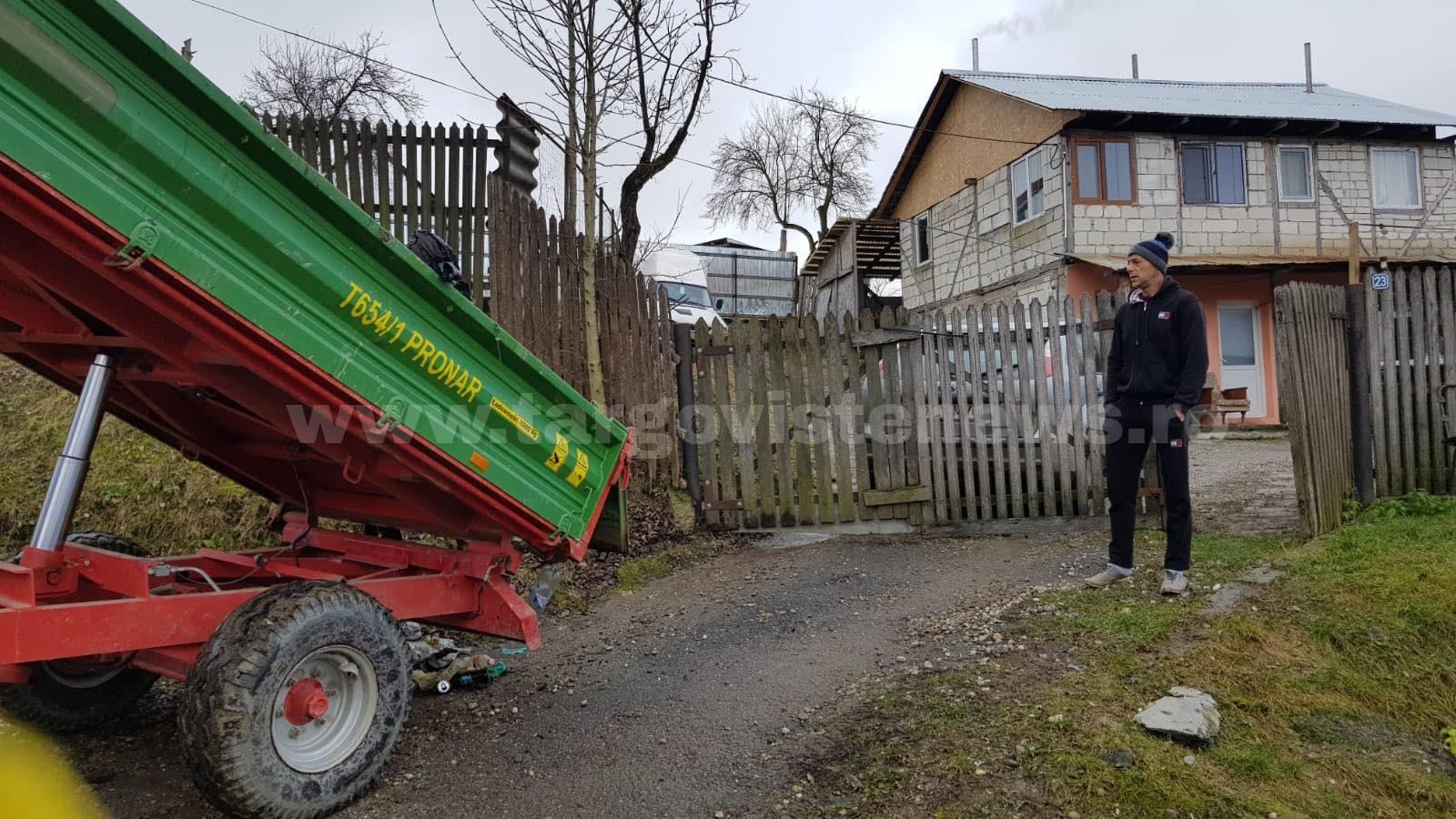 Cum a ajuns primarul din Glodeni să răstoarne o remorcă plină cu gunoi, în faţa casei unui localnic
